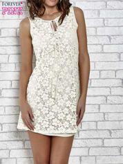 Kremowa koronkowa sukienka z wiązaniem przy dekolcie