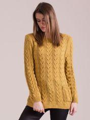 Musztardowy sweter w warkocze z kieszeniami