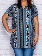 Niebieska bluzka koszulowa w etniczne motywy