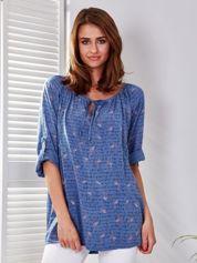 Niebieska bluzka z nadrukiem flamingów i podwijanymi rękawami