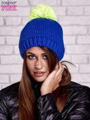 Niebieska czapka z kontrastowym pomponem