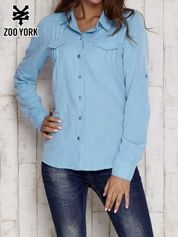 Niebieska koszula a la denim z podwijanymi rękawami