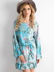Niebieska kwiatowa sukienka z dekoltem z tyłu
