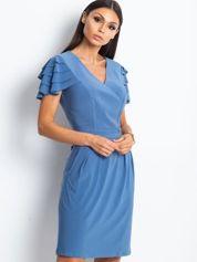 Niebieska sukienka koktajlowa z falbankami na rękawach