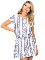 Niebieska sukienka w geometryczne desenie