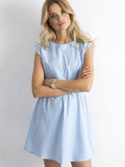 Niebieska sukienka z falbanami na rękawach