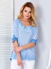 Niebieski cienki sweter oversize z ozdobnym dekoltem