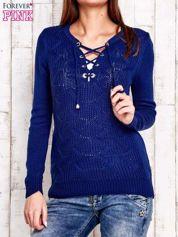 Niebieski dzianinowy sweter z wiązaniem
