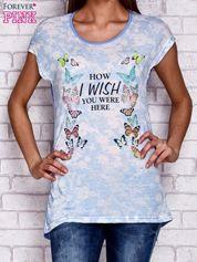 Niebieski t-shirt z nadrukiem motyli