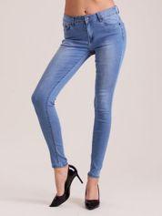Niebieskie dopasowane jeansy