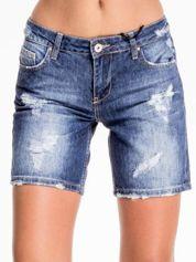 Niebieskie jeansowe szorty z przecieraną nogawką