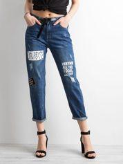 Niebieskie jeansy mom fit z nadrukiem
