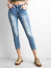 Niebieskie jeansy o prostym kroju
