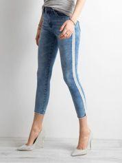 Niebieskie jeansy skinny z cekinowym lampasem