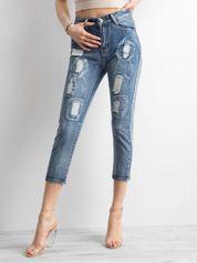 Niebieskie jeansy z przetarciami i efektem sprania