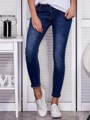 Niebieskie przecierane jeansy