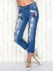 Niebieskie spodnie boyfriend jeans z naszywkami