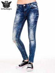 Niebieskie spodnie jeansowe rurki z cieniowaniem i rozdarciami na kolanach