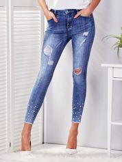 Niebieskie spodnie jeansowe skinny z perełkami i wystrzępionymi nogawkami
