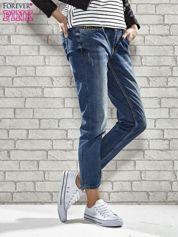 Niebieskie spodnie regular jeans z ćwiekami przy kieszeniach
