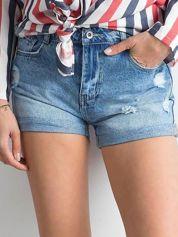 Niebieskie szorty jeansowe z podwijanymi nogawkami