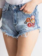 Niebieskie wystrzępione jeansowe szorty z aplikacją