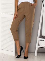 Piaskowe spodnie w kant