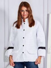 Pikowana przejściowa kurtka z kokardami na rękawach biała