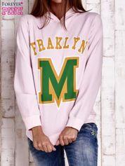 Różowa bluza z kapturem i napisem FRAKLYN M