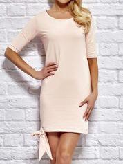 Różowa sukienka dresowa z wiązaniem