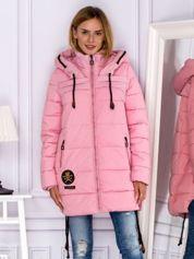 Różowy płaszcz zimowy z naszywką