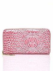 Różowy portfel kopertówka z motywem skóry krokodyla