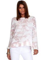 Różowy sweter w abstrakcyjne wzory