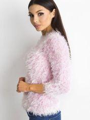 Różowy sweter z długim włosem i cekinami