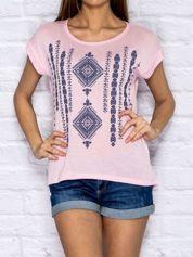 Różowy t-shirt w etniczne wzory