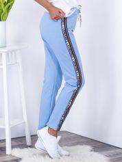 Spodnie dresowe jasnoniebieskie z lampasami i troczkami