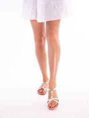 Srebrne sandały z ozdobną przypinką i perełkami na przodzie