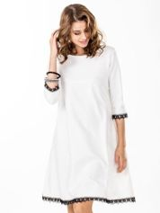 Sukienka ecru z koronkowym wykończeniem
