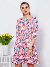 Sukienka w kolorowy deseń z gumką w pasie