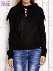 Sweter z wiązaniem i szerokim kołnierzem czarny