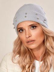 Szara czapka z kolcami na mankiecie
