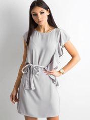 Szara sukienka z falbanami i wiązaniem