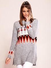Szary sweter w etniczne wzory