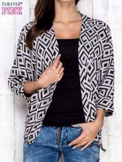 Szary sweter w geometryczne wzory