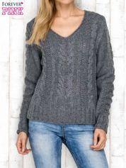 Szary wełniany sweter z warkoczowymi splotami