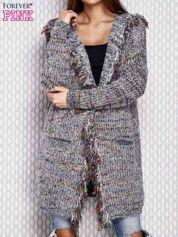 Szary włóczkowy sweter z kolorową nicią