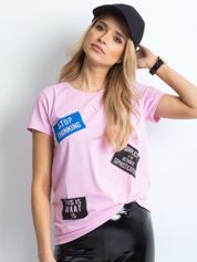 T-shirt jasnofioletowy z nadrukiem naszywek