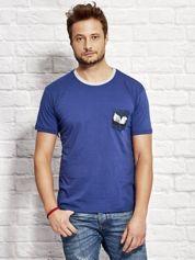 T-shirt męski z nadrukiem na kieszonce ciemnoniebieski