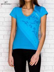Turkusowy t-shirt z graficznym nadrukiem