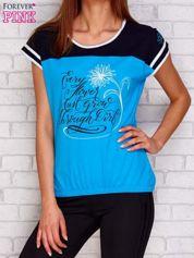 Turkusowy t-shirt z tekstowym nadrukiem